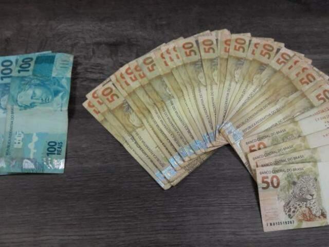 Dinheiro apreendido com o foragido. (Foto: Direto das Ruas)