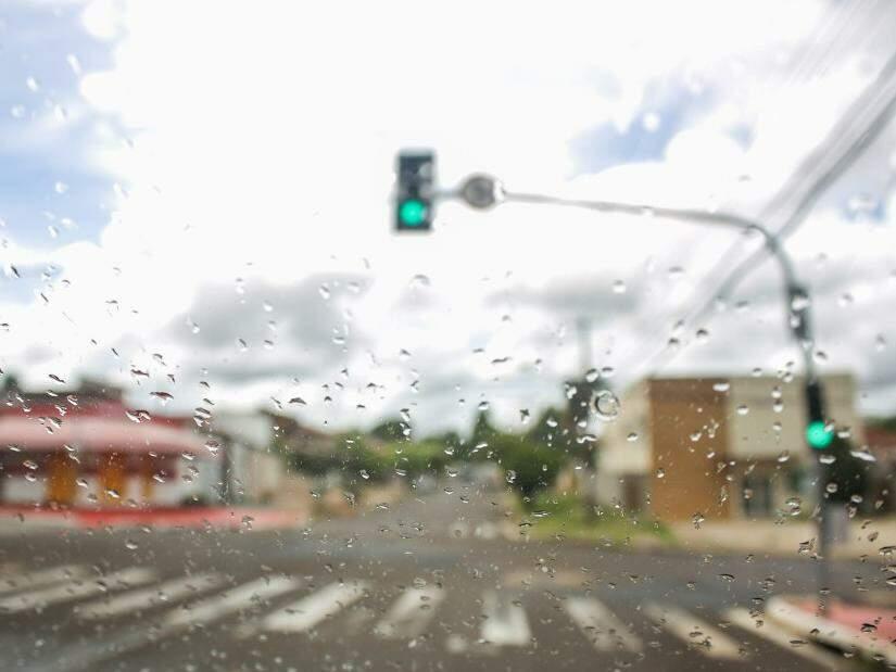 Choveu forte em algumas regiões de Campo Grande no fim da manhã (Foto: Paulo Francis)