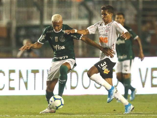 Deyverson tenta proteger a bola de Pedrinho (Foto: Cesar Greco/Ag Palmeiras/Divulgação)