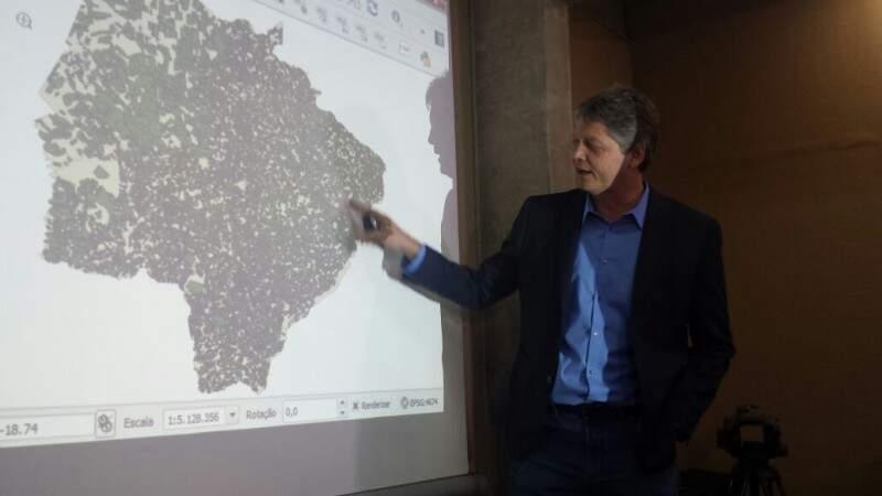 O secretário de meio ambiente, Jaime Verruck, mostra que mais de 23 milhões de hectares foram cadastrados. (Foto: Renata Volpe Haddad)