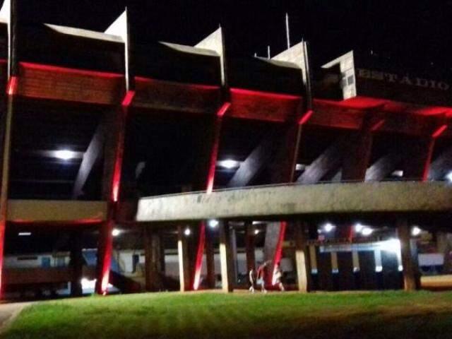 Fachada do Morenão ficou vermelha nesta quarta-feira (Foto; Divulgação)
