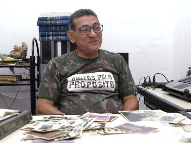 Pastor Sérgio com dezenas de fotos na mesa do escritório. (Foto: Kísie Ainoã)