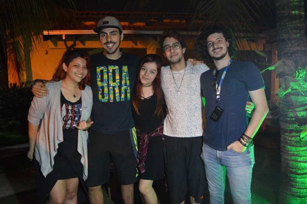 Gabriella, Gustavo, Isabela, Iago e Pedro, amigos que formaram o grupo Fellow KIds há pouco mais de um ano.  (Foto: Thaís Pimenta)