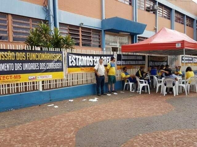 Funcionários durante protesto, esta manhã (12) no centro de distribuições dos Correios em Campo Grande. (Foto: Mirian Machado)