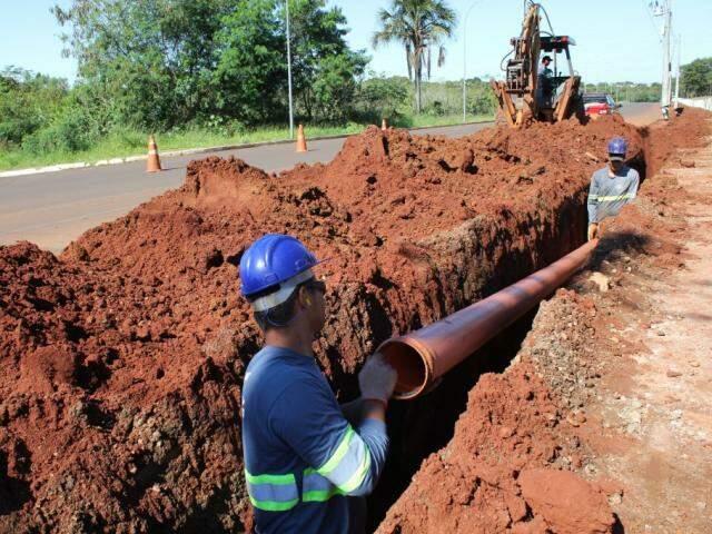 Serviço da ampliação de rede de saneamento em Campo Grande (Foto: Divulgação/Águas Guariroba)