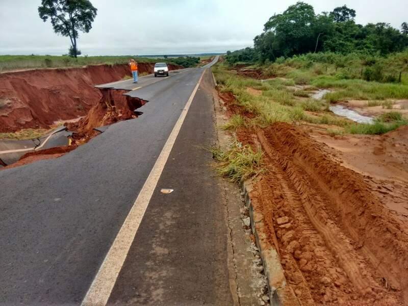Muitos trechos foram danificados pelas chuvas e a rodovia deve ser interditada. (Foto: Direto da Ruas)