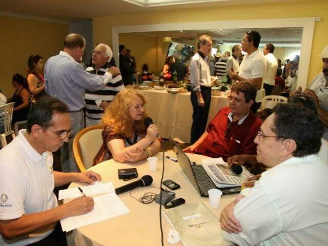 Em volta de uma das mesas do restaurante do Rádio Clube, o programa fala ao vivo da memória do rádio. (Foto: Fernando Antunes)
