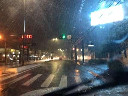 Temperatura cai 15°C e vento atinge 63,72 km/h durante forte chuva
