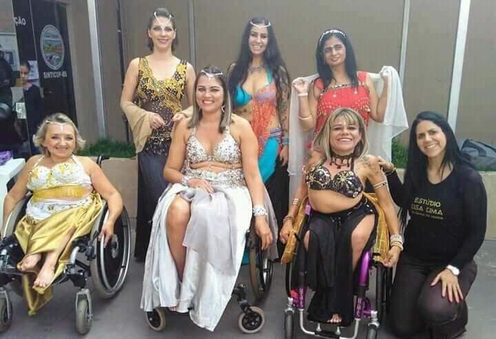 O grupo Dança do ventre sem limites completo é formado por Mirella Ballatore, Flávia Pieretti, Suzana Vieira, Marília Oliveira, Eline Pinheiro, Ana Serpa e a professora Lisa Lima. (Foto: Acervo pessoal)