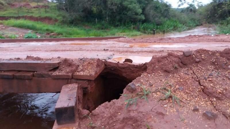 Em Itaquiraí, choveu 178 milímetros em 72 horas e prejudicou a cabeceira de ponte que foi recém revitalizada. (Foto: Divulgação)