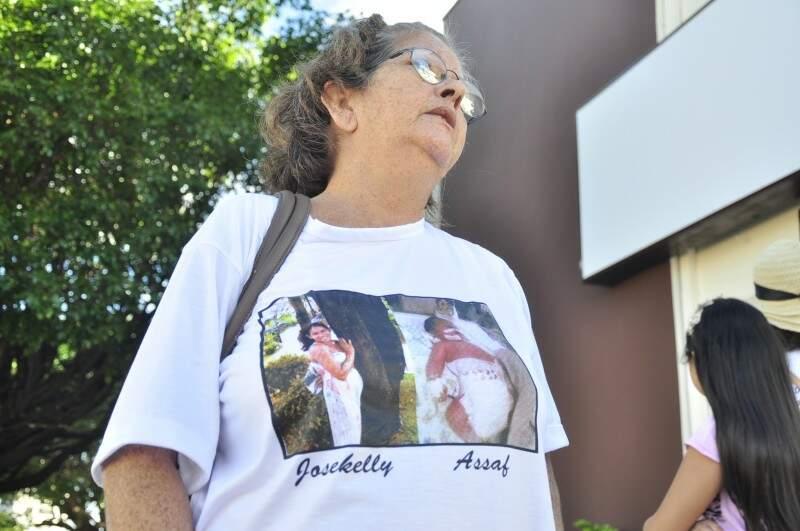 Doméstica Naltair com camista da filha Josikelly, que perdeu o bebê e morreu (Foto: João Garrigó)