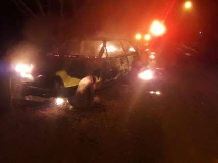 Após batida, condutor incendeia próprio veículo e é preso pela PM