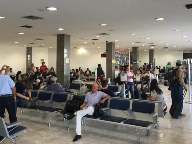 Sala de embarque ficou lotada após os passageiros do voo terem que sair da aeronave para reparos. (Foto: Direto das Ruas)