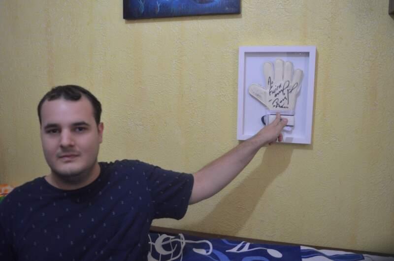 No quarto uma luva autografa do Rogério Ceni.