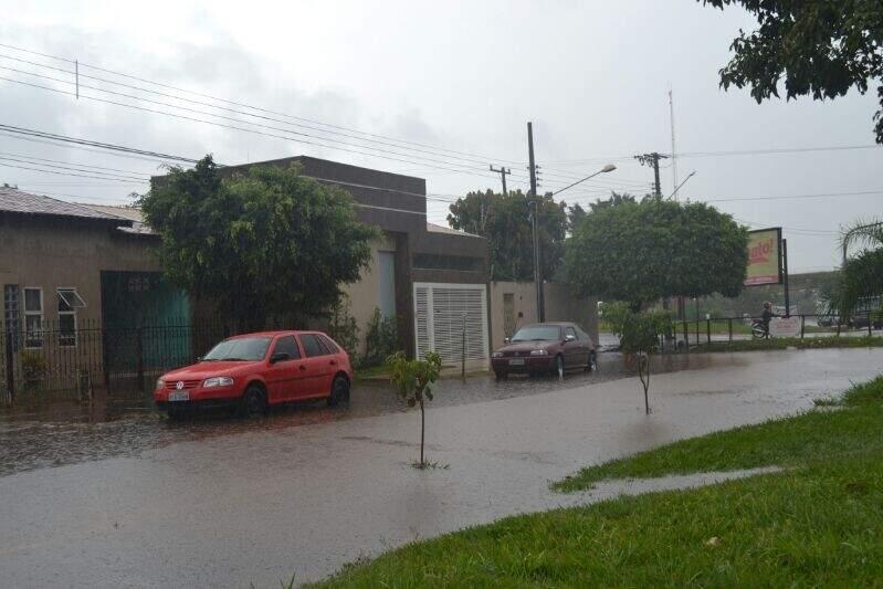 Rua foi tomada pela enxurrada, que avançou sobre casas e até oficina mecânica (Foto: Filipe Prado)