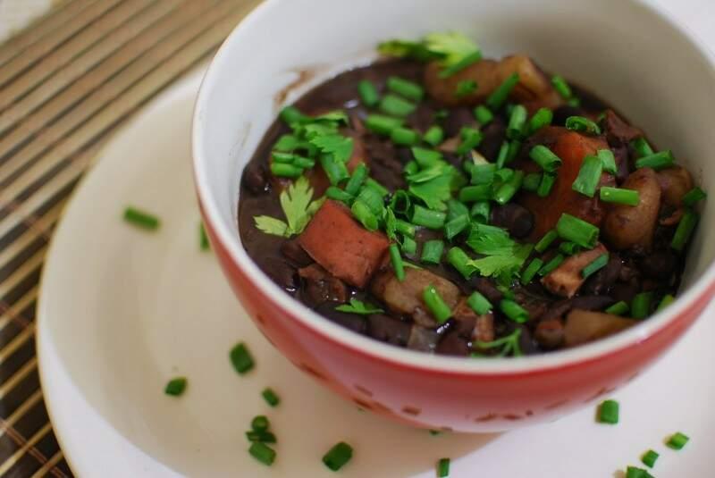 Em feijoada vegetariana, só sobra o feijão preto da receita tradicional (Foto: Divulgação)