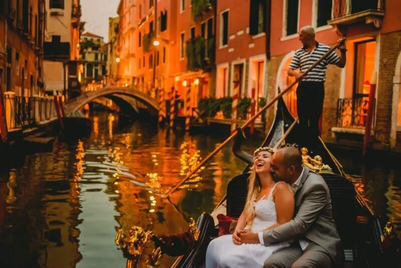 Num passeio de gôndola, ao por do sol em Veneza. (Foto: Allan Kaiser)