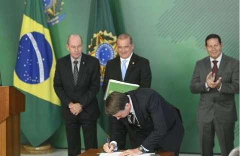 Bolsonaro assina decreto de posse de até 4 armas, que deve valer por 10 anos