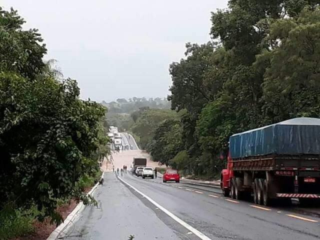 Congestionamento formado em trecho da BR-262 onde rio invadiu pista (Foto: Direto das Ruas)