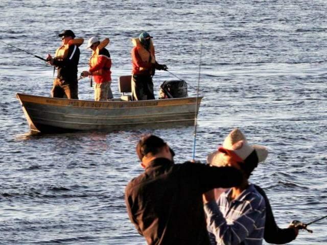 Pescadores praticando o pesque-solte (Foto: Saul Schramm)