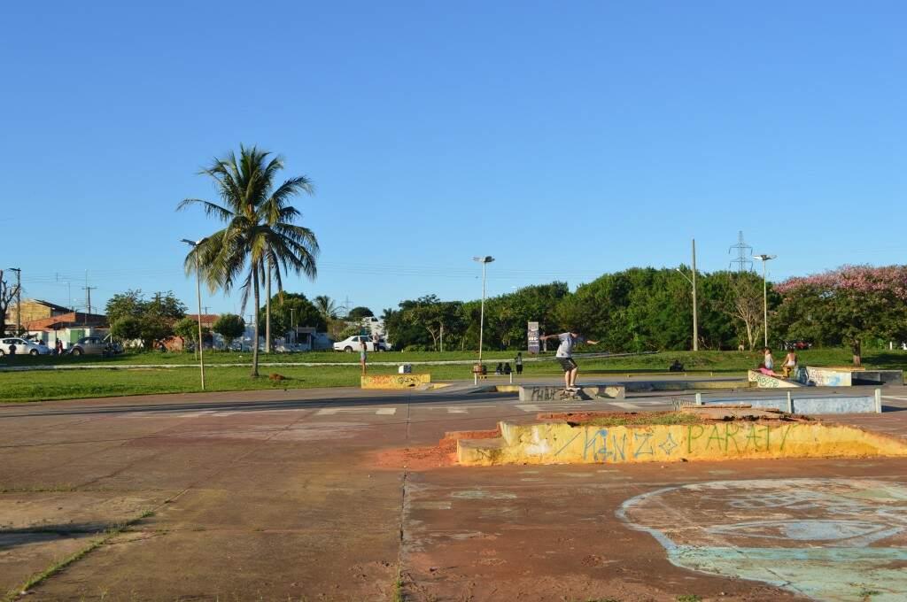 Pista de skate têm obstáculos e também buracos. (Foto: Thaís Pimenta)