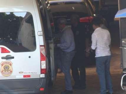 André Puccinelli e filho chegam para prisão no Centro de Triagem