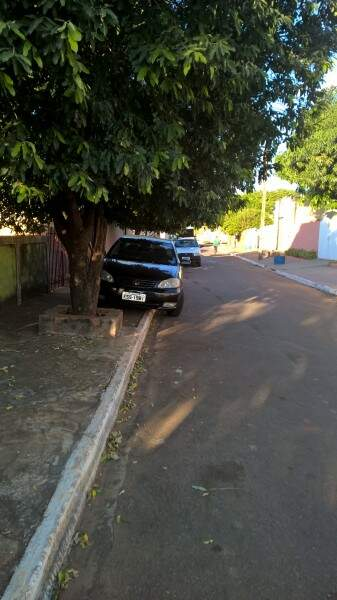 Estacionar em calçada é infração grave, segundo o Código de Trânsito. (Foto: Divulgação)