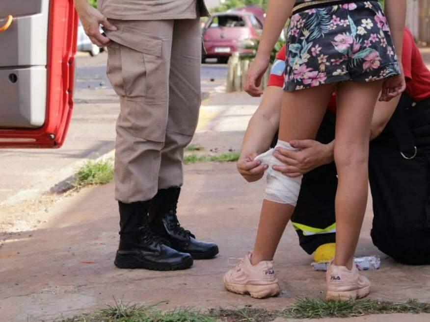 Menina sendo enfaixada pelos socorristas. (Foto: Kísie Ainoã)