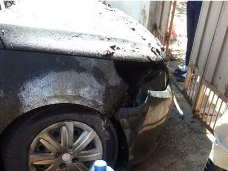 Parta dianteira do veículo destruída pelo fogo. (Divulgação: Corpo de Bombeiros)