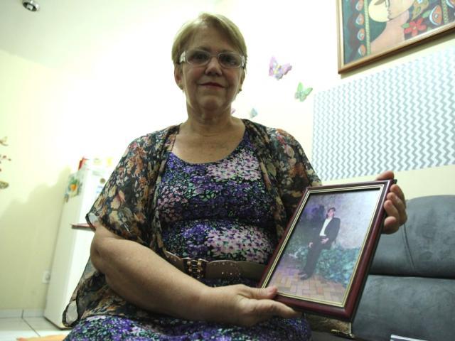 A mãe mostra o retrato do filho. Saudade também é motivação para seguir ajudando o próximo. (Foto: João Paulo Gonçalves)