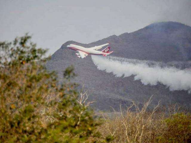 Supertanker no primeiro dia de combate ao incêndio (Foto: El Deber)