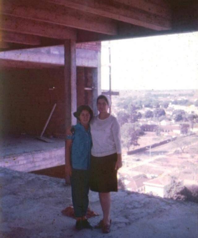 À esquerda, dona Yvone e a filha Inah Luiza, durante a construção do Edifício Inah. (Foto: Arquivo Pessoal)