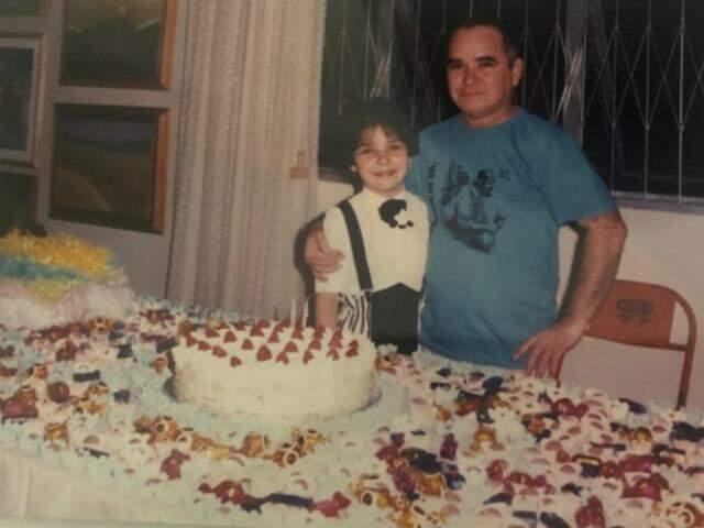 Maritza com o pai em um de seus aniversários. (Foto: Arquivo Pessoal)