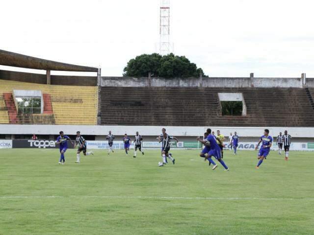 Jogadores durante o jogo desta noite no Morenão. (Foto: Kisie Ainoã)