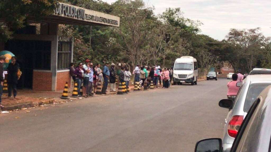 Pacientes que aguardavam o retorno para casa após os atendimentos. (Foto: Paulo Francis)