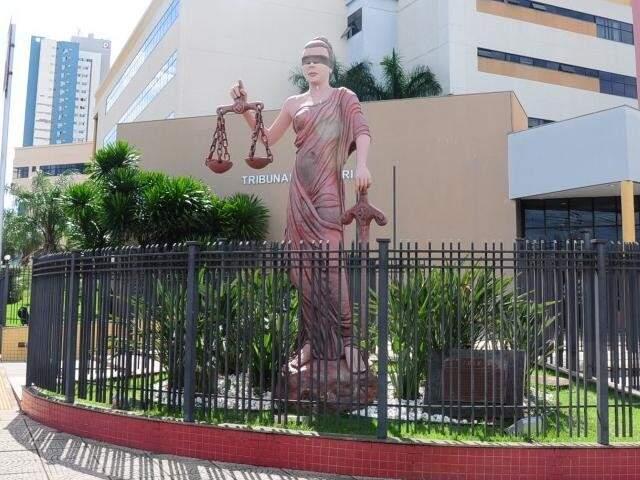 Estátua da Justiça em frente ao Fórum de Campo Grande (Foto: Paulo Francis/Arquivo)