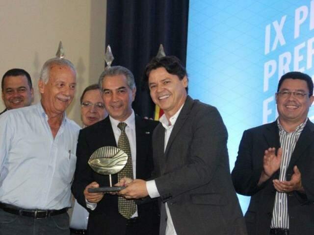 Prefeito Paulo Duarte juntamente com o governador Reinaldo Azambuja e demais autoridades, durante premiação. (Foto: Divulgação/Assessoria Prefeitura de Corumbá)