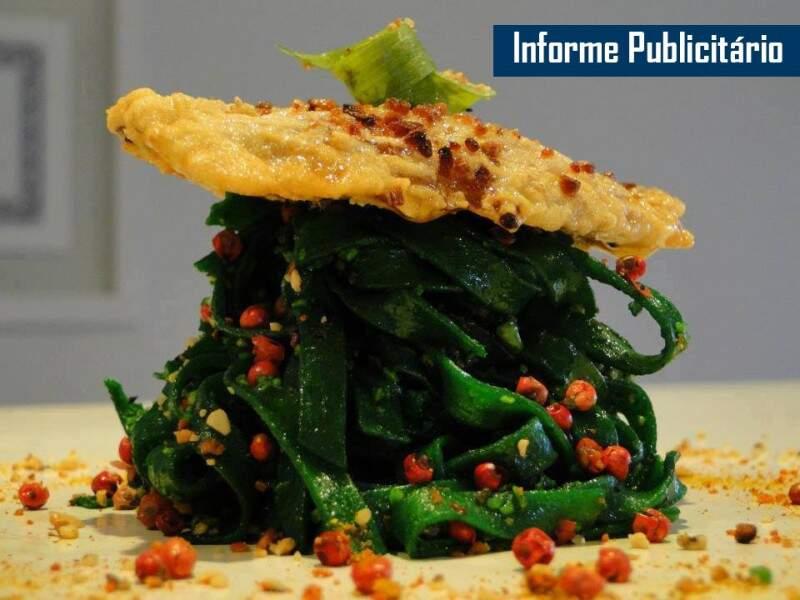 Tagliatelle ao pesto de salsinha,hortelã e cebolinha, com pimentas rosa, servido com sardinha frita no azeite de pistache e farofinha de castanha e pinoli - Foto Divulgação