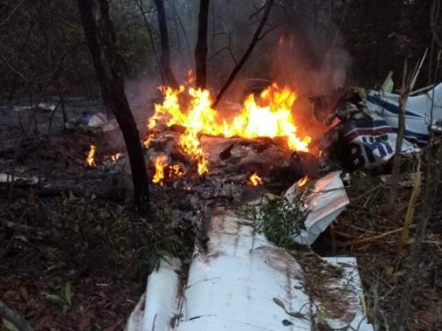 Aeronave pegou fogo após queda. (Foto: Direto das Ruas)