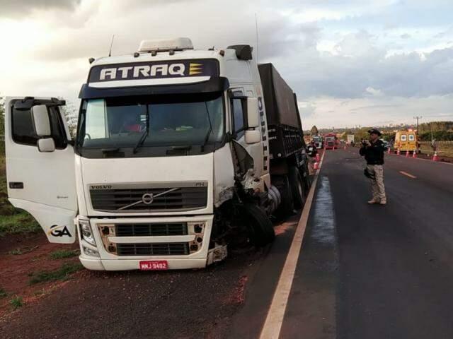Carreta envolvida em acidente com morte, estacionada às margens da pista (Foto: Adilson Domingos)