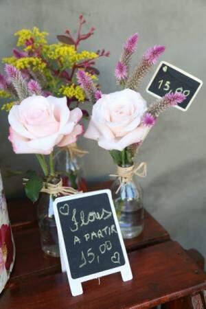 Em garrafinhas de vidro, as flores custam a partir de R$ 15,00.
