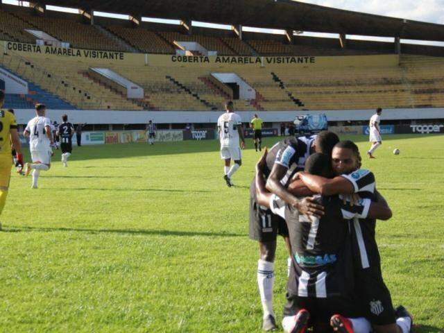 Jogadores durante comemoração no campo do estádio Morenão, na Capital (Foto: MSEC/Nyelder Rodrigues)