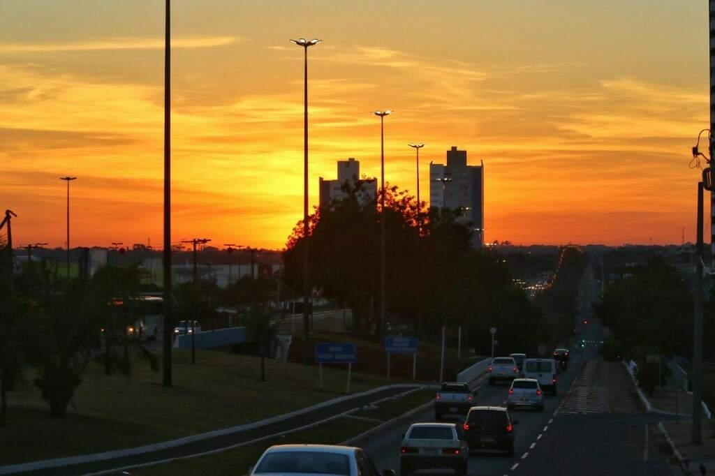Sol nascendo é indicativo de dia seco e quente. (Foto: André Bittar)