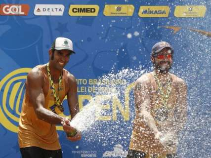 Pedro Solberg e Bruno Schmidt vencem etapa Campo Grande de vôlei de praia