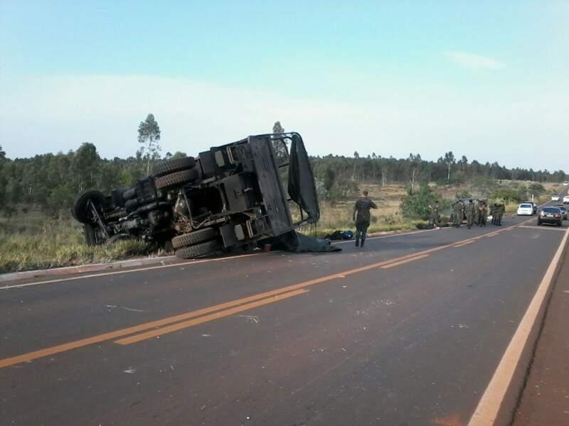 Os soldados que estavam no veículo não ficaram feridos. (Foto: Repórter News)