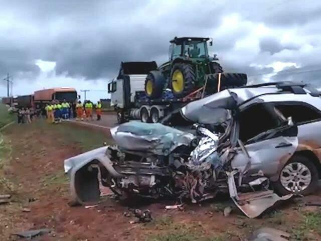 Carro ficou destruído após colidir com carreta na BR1 163. (Foto: Adilson Domingos)