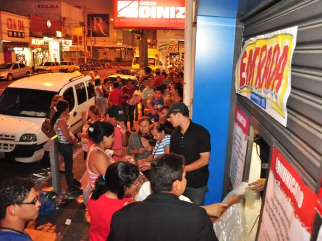 Fila começou na entrada da loja na 14 de Julho...