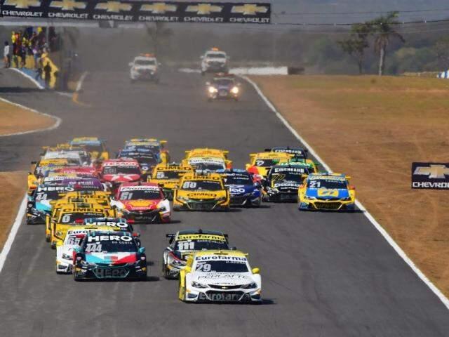 Carros da Stock Car durante Corrida do Milhão (Foto: Fernanda Freixosa / Stock Car)