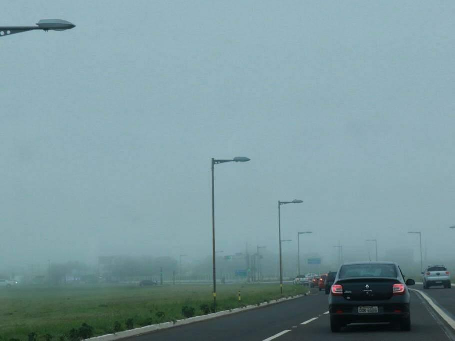 Neblina na Avenida Duque de Caxias, que dá acesso ao aeroporto (Foto: Henrique Kawaminami)