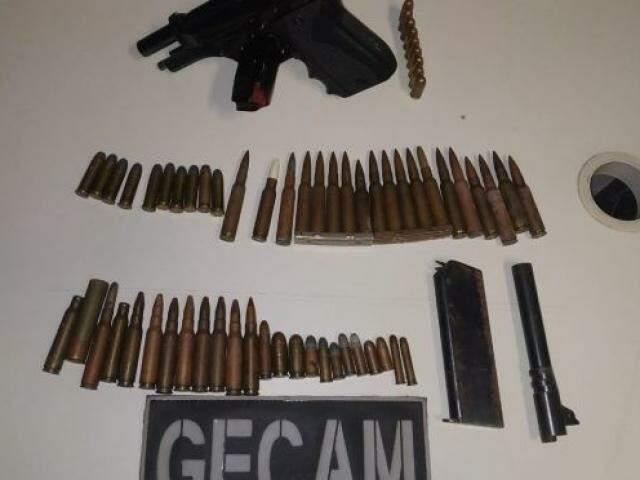 Arma e munições que o comerciante guardava em sua residência. (Foto: Divulgação/PM)